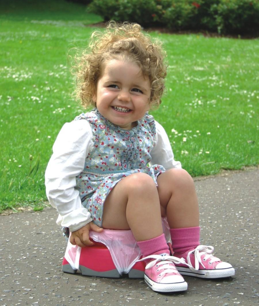 Petite fille sur le pot de bébé Potette Pus