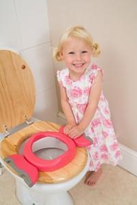 Petite fille avec le réducteur de toilettes Potette Plus