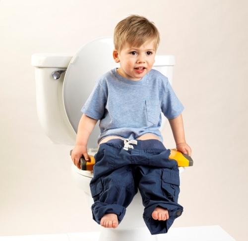 Petit garçon sur le réducteur de toilettes Potette Plus