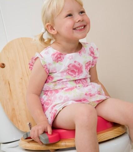 Petite fille utilisant le réducteur de toilettes Potette Plus