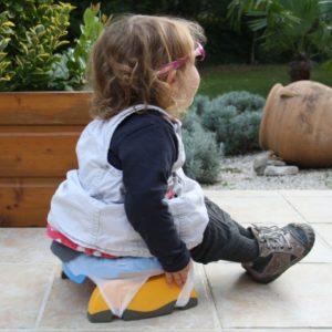 Petite fille en extérieur sur le pot Potette Plus