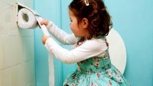 Petite fille sur toilettes