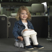 Potette-pot-gris-clair-pieds-blanc-fille-dans-voiture